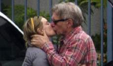 هاريسون فورد يقبّل زوجته بشغف في العلن
