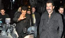 التركي إيزيل بفاجأ بالمصورين عند الرابعة فجراً