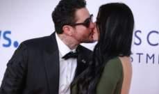 بالفيديو- زوجة أحمد الفيشاوي ترقص في حفل زواجهما وهو يقاطعها لتبادل القبلات الحميمة