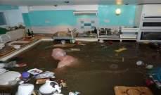 بريطاني يمارس السباحة في مطبخ منزله