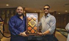 بالصور - إيلي طعمة يهدي محمد رمضان لوحة مكونة من ٢٤٠٠ قطعة من الصدف.. وهذا ما قاله