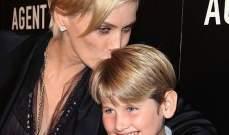شارون ستون تحضر إبنها ليرد للعرض الأول لمسلسلها