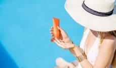 هذه طريقة فعّالة تساعدك على وضع الكريم الواقي من الشمس على ظهرك