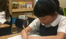 فوز طفلة بلا يدين بمسابقة للكتابة