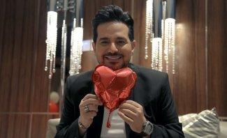 """حاتم العراقي يغزو القلوب بـ""""حبك الي وملكي"""" في عيد الحب-بالفيديو"""