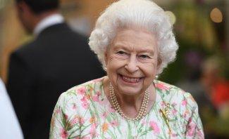 موقف طريف لـ الملكة إليزابيث وهي تقطع قالب حلوى بإستخدام سيف ضخم.. بالفيديو