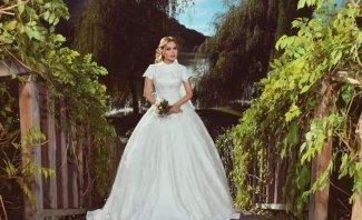 بالفيديو- رولا سعد تدخل القفص الذهبي.. هكذا بدت بالفستان الأبيض ولقطات من سهرة العرس