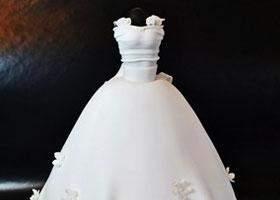 فتاة في السادسة تصمم قالب حلوى على شكل.. فستان زفاف والدتها