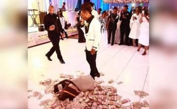 فنان يرمي 100 ألف دولار أمام والدته كهدية لها في زفافها - بالفيديو