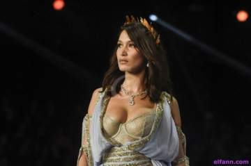 بيلا حديد تجول في باريس بقميص شفاف ومن دون حمالة صدر - بالصور 