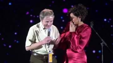 شيرين عبد الوهاب تثير الجدل بتقبيلها يد معجب سويسري في حفلها بالرياض