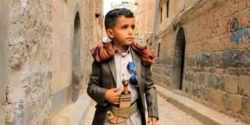 """الطفل اليمني """"بائع الماء"""" الذي أشعل مواقع التواصل بصوته يواجه والده في المحكمة"""
