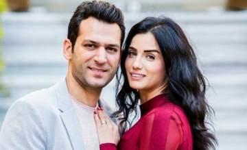 مراد يلدريم يحفر اسم زوجته في قعر مسبح منزلهما الفخم- بالصورة