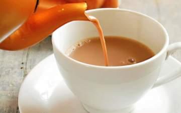 تناول الشاي مع الحليب له أضرار؟!