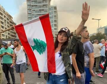 بالفيديو- داليدا خليل تصلّي أمام المتظاهرين وتلقي كلمة موحدة للأديان