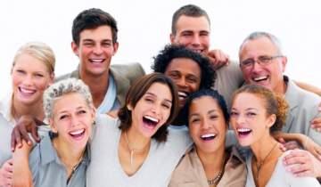 رئيس بلدية يصدر قراراً بإجبار سكان قرية أوروبية على التعبير عن الفرح