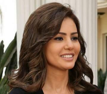 دينا فؤاد تشوّق متابعيها بأزياء