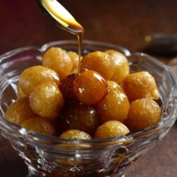 اللقيمات من الحلويات التقليدية الشهيرة.. إليكم طريقة تحضيرها