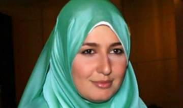 ابنة حلا شيحا بالحجاب وفي يدها القرآن.. بالصورة