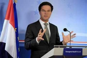 رئيس وزراء هولندا يصدم الجميع ويقوم بدور عمال التنظيف..بالفيديو