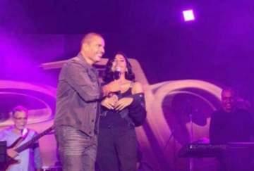 عمرو دياب يدعو دينا الشربيني الى المسرح ويعلن عن حبه لها- بالفيديو