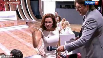 ممثلة شهيرة تصفع سيدة مباشرة على الهواء لهذا السبب المؤثر- بالفيديو