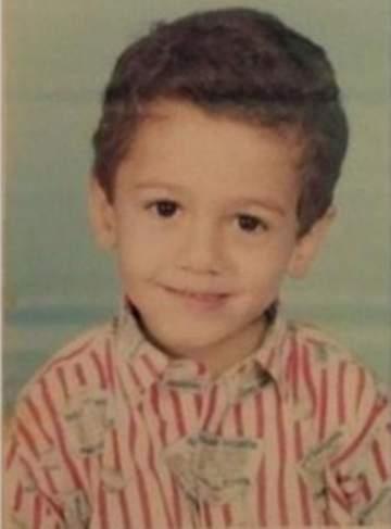 خمّنوا من هذا الطفل الذي أصبح نجما عربيا شهيرا