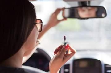 ممثلة تتعرض لحادث سير بسبب وضعها المكياج خلال القيادة!-بالفيديو
