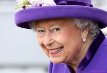 مواقف محرجة جداً للعائلة المالكة كشفتها عدسات الكاميرات.. الملكة تنظف انفها باصبعها!