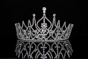 سحب اللقب من ممثلة لبنان في مسابقة جمالية عالمية بسبب صورة مع ملكة جمال إسرائيل