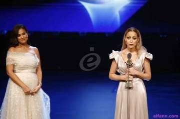 خاص بالفيديو- هند صبري تتألق في إفتتاح مهرجان القاهرة وتسلم جائزة فاتن حمامة لمنة شلبي