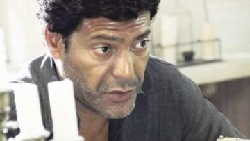 الظهور الأول لإبن صبا مبارك وشوقي الماجري في عزاء والده- بالصورة