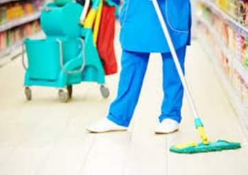 نجمة تركية تتحوّل إلى عاملة نظافة.. بالصور