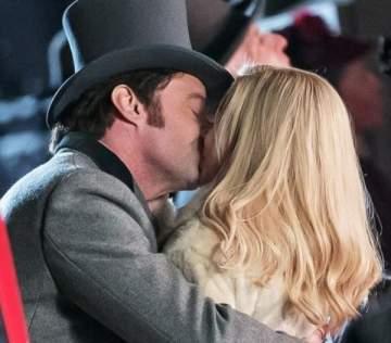 هيو جاكمان وميشيل ويليامز يتبادلان قبلة حارة