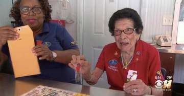 عمرها 100 عام وتعمل موظّفة إستقبال بدوام كامل! بالفيديو