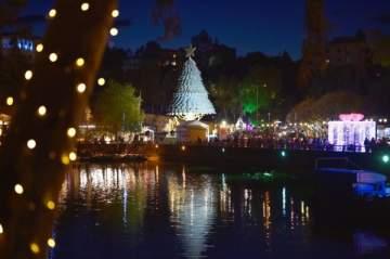 Christmas by the Lake تفتتح موسمها الميلادي بالإستعراضات الموسيقية والراقصة - بالصور