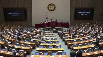 كوري جنوبي يقتحم البرلمان ليلقن النواب درساً