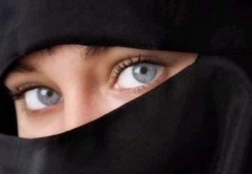 شابة سعودية تخلع النقاب وتقص شعرها امام الجميع وتقول : كنت مغطية وجهي عشان تقاليد سخيفة! - بالفيديو