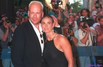 ديمي مور تسخر من زواجها من بروس ويليس أمام زوجته الحالية وبناته الثلاث