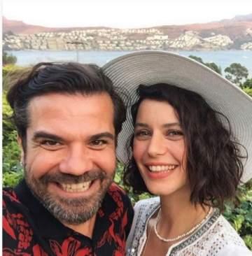 قبلة تجمع بيرين سات وزوجها لمناسبة عيد زواجهما الرابع- بالصورة