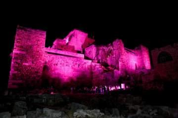 قلعة جبيل باللون الزّهري دعماً للكشف المبكر عن سرطان الثدي