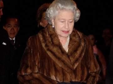 الملكة إليزابيث تتخذ قراراً صادماً في ما يتعلق بثيابها