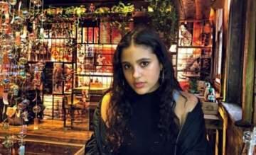 بالصور - جنى عمرو دياب تعايد شقيقتها وشقيقها وتتجاهل والدها