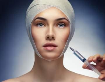 ممثلة خليجية شهيرة تحذّر من عمليات التجميل.. شاهدوا كيف تشوّه وجهها - بالفيديو