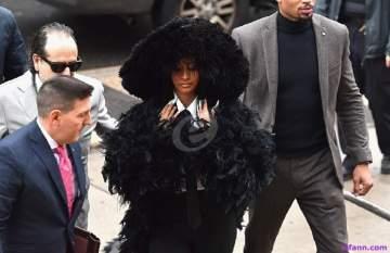 كاردي بي تمثل أمام المحكمة بإطلالة غريبة.. بالصور