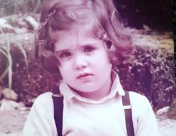 خمنوا من هي هذه الطفلة التي أصبحت فنانة شهيرة اليوم