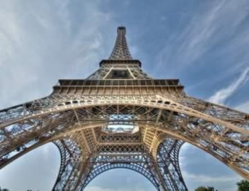 باريس تضيء برج إيفل بألوان علم بلجيكا تضامنا مع ضحايا بروكسل
