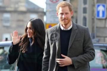 الأمير هاري يثير الجدل بتقبيله إمرأة محجبة على طريقته الخاصة..بالفيديو