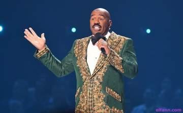 ستيف هارفي يتعرض للإحراج خلال تقديمه حفل ملكة جمال الكون-بالفيديو