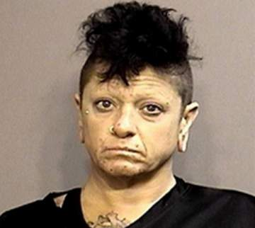 سيدة طاردت رجلاً على الطريق ليمارس الجنس معها والشرطة تتدخل